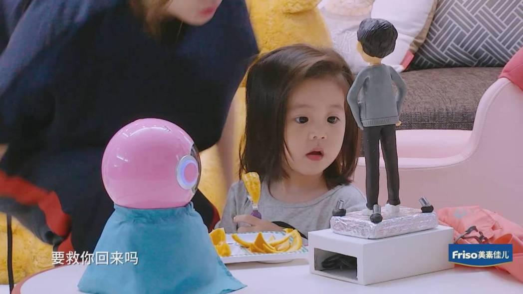 咘咘為讓爸爸變回原形乖乖吃水果。圖/截圖自愛奇藝台灣站