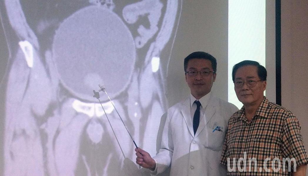 68歲陳姓病患(右)感謝台中榮總泌尿外科醫師陳正哲(左)醫治,讓他免於洗腎,且擺...