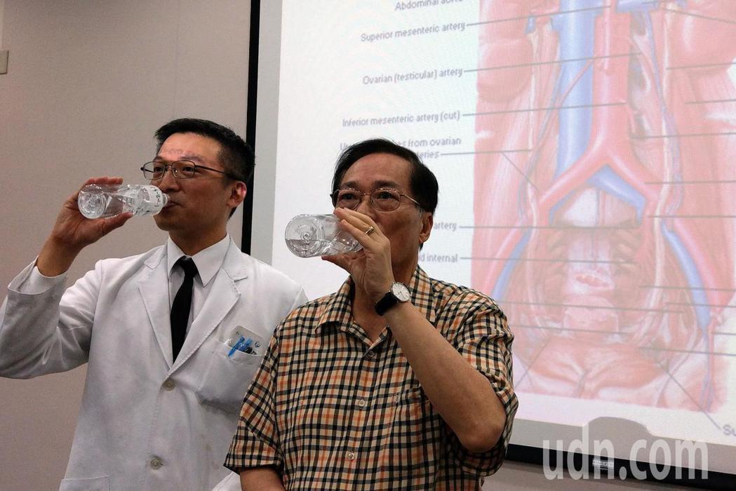 68歲陳姓病患(右)在台中榮總泌尿外科醫師陳正哲(左)建議下,每天喝滿2000C...
