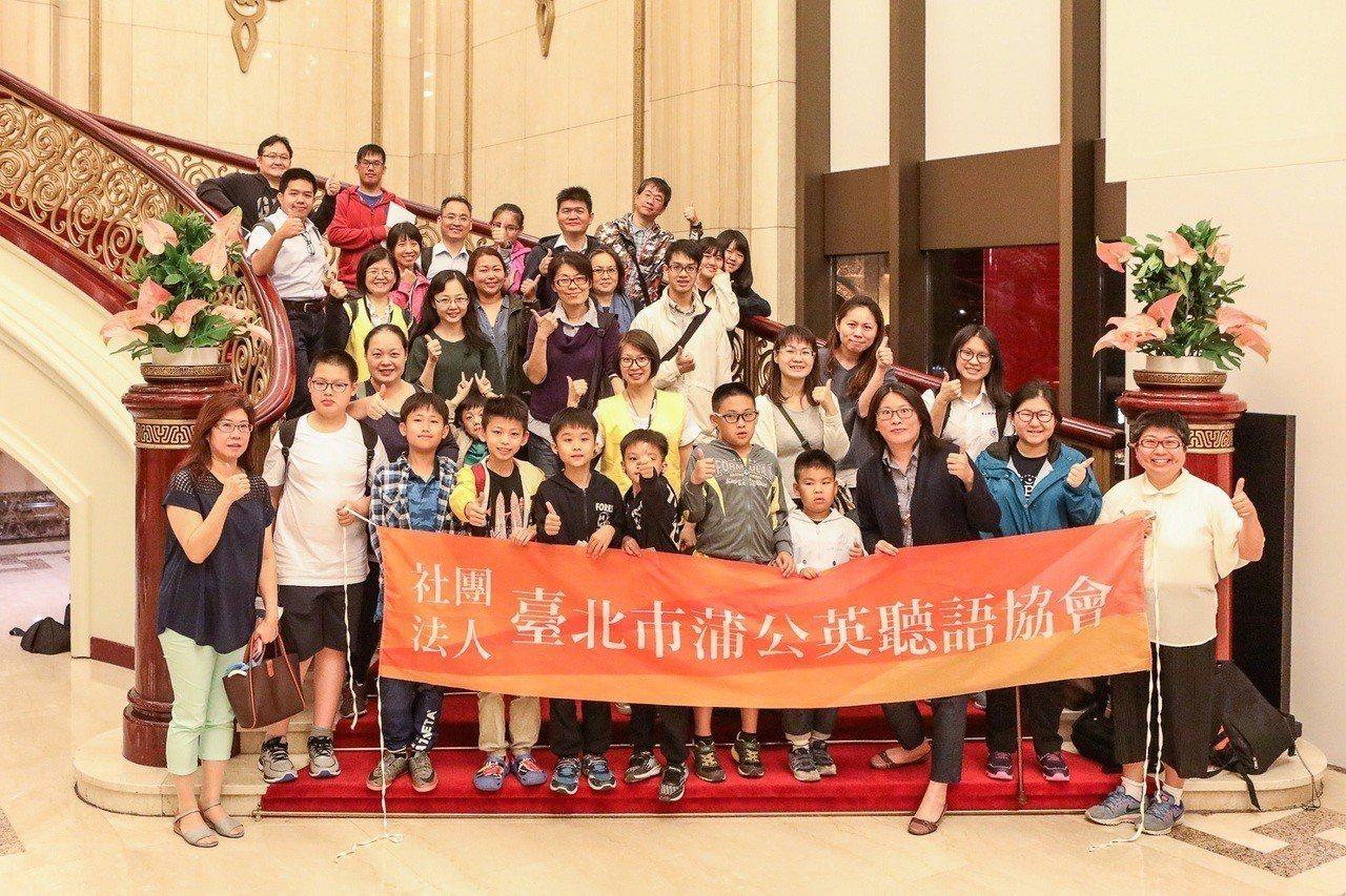在「藝術零距離」計畫下,國家兩廳院日前邀請一群聽損孩子,聆聽「愛樂者聯盟合奏團」...