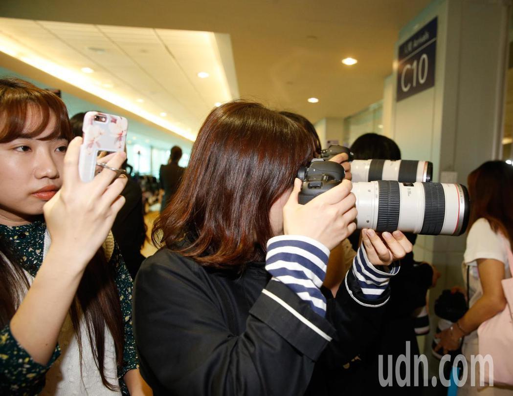 韓國男團「NUEST W」下午抵台,管制區內有超過三十位粉絲。記者鄭超文/攝影