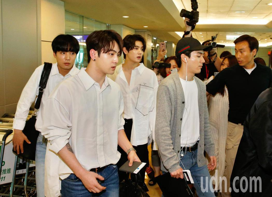 韓國男團「NUEST W」下午抵台,隨即由VIP通關入境。記者鄭超文/攝影