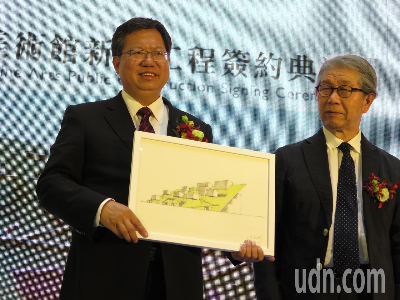 日籍建築師山本理顯(右)今天在簽約儀式上,贈送建築設計手繪圖給市長鄭文燦(左)。...