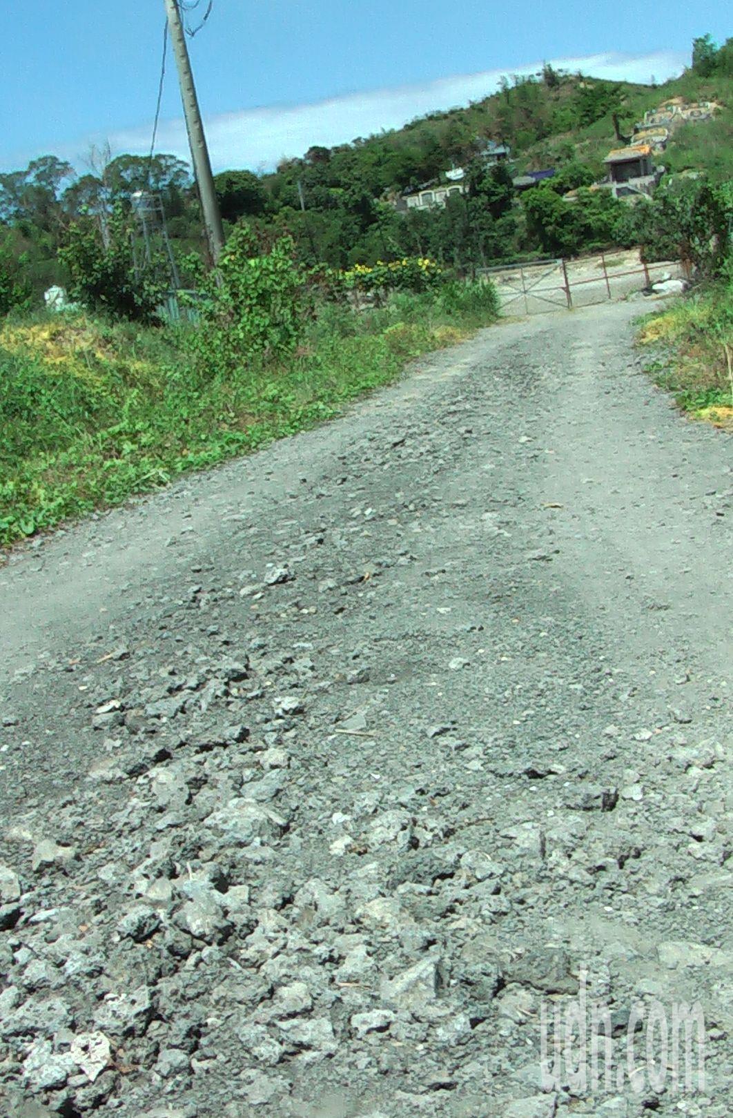 養鴨場進場道路表面舖設合法的爐石級配。記者徐如宜/攝影