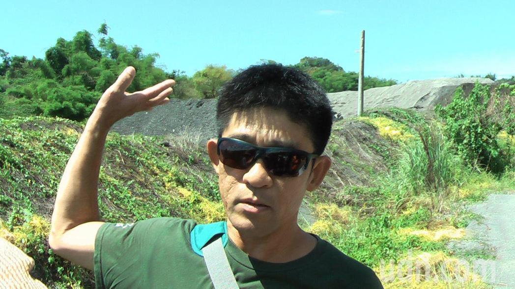 台南市社區大學研究發展學會環境行動小組研究員晁瑞光質疑後方掩埋棄置的爐渣,可能遭...