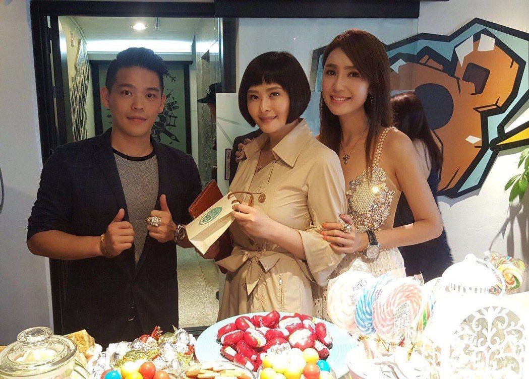 海倫清桃(右起)辦台越全球小姐大賽,好友蕭淑慎、緋聞男友黃景裕力挺。圖/山本堂提