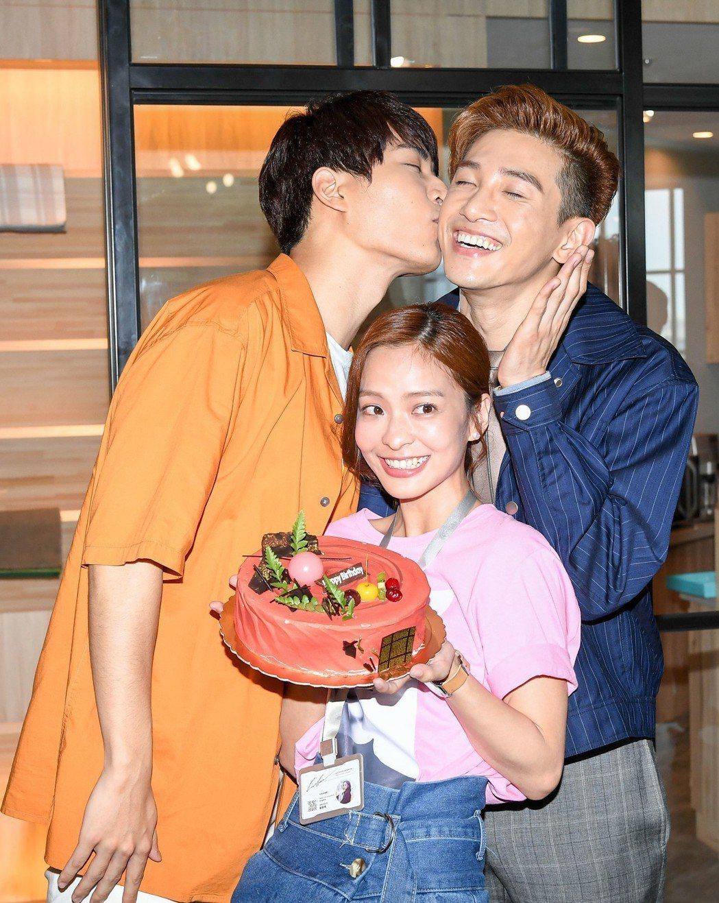 張立昂(右起)過生日,子閎獻吻、葉星辰開心端蛋糕。圖/三立提供
