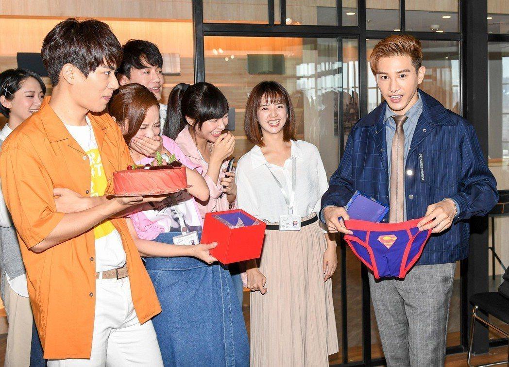 張立昂(右)過生日,劇組慶生驚喜收到超人內褲。圖/三立提供