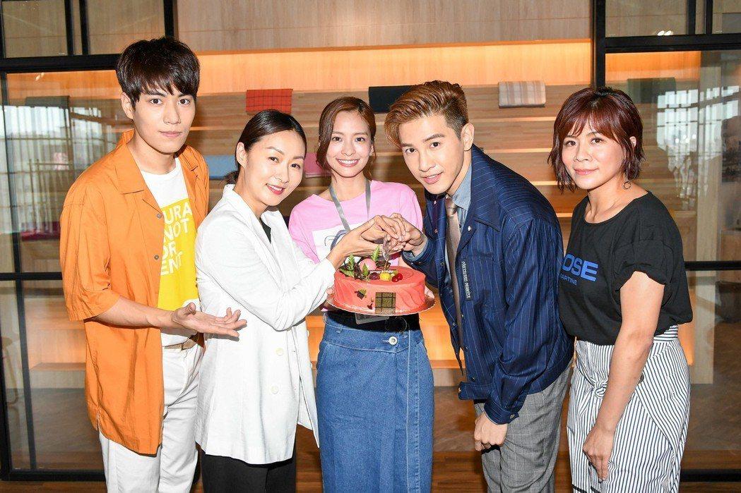 張立昂過生日,江美琪(右起)、葉星辰、鄭家榆、子閎在「三明治女孩的逆襲」劇組慶生