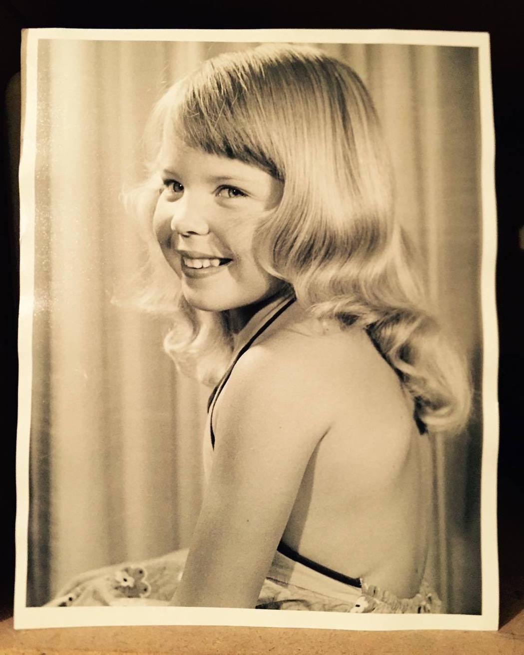 童年時的她笑容可愛,可看得出巨星的影子?圖/摘自Instagram