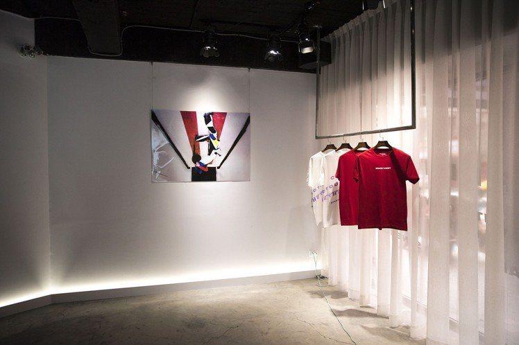 攝影展期間推出Christina Paik的聯名T恤,售價2,980元。圖/Th...
