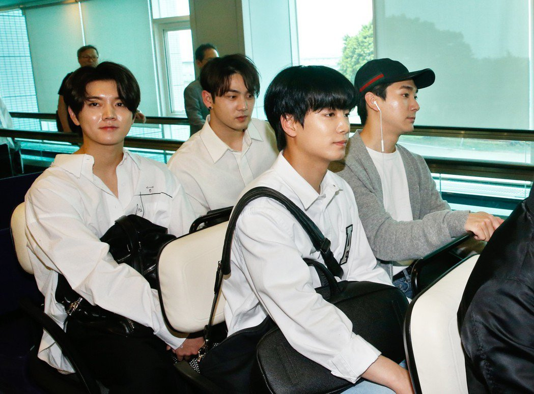 韓國男團「NUEST W」25日抵台,隨即由VIP通關入境。記者鄭超文/攝影