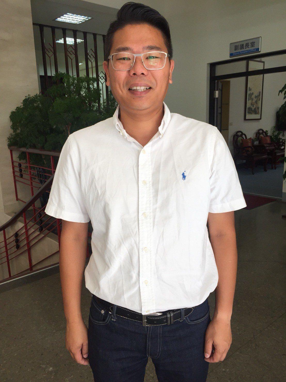 新竹市議員林盈徹因從小聽力受損、配戴電子耳,他肯定市府在議會推動同步聽打服務,讓...