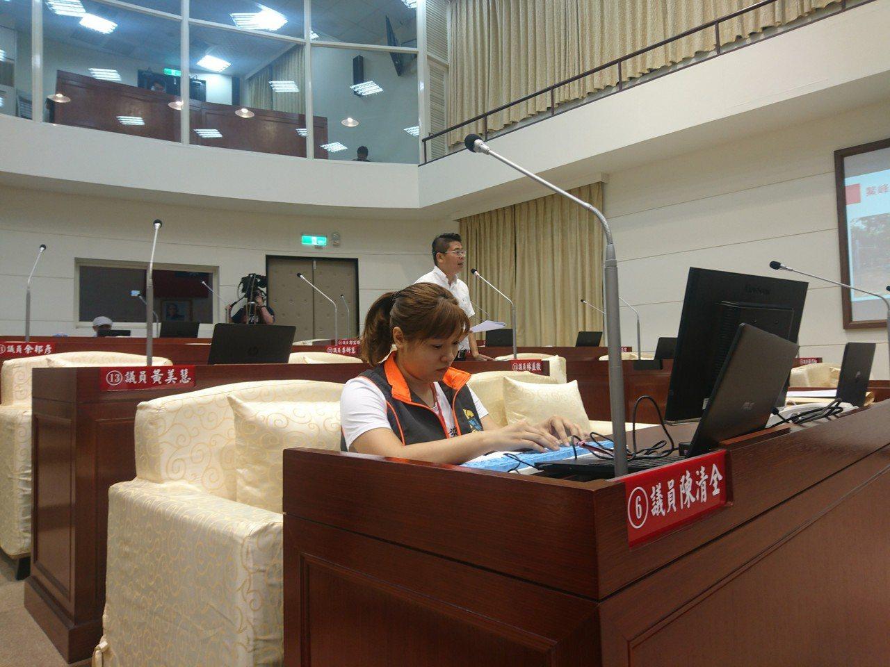 新竹市政府社會處提供「同步聽打服務」,首次在新竹市議會的質詢時間使用。圖/林盈徹...
