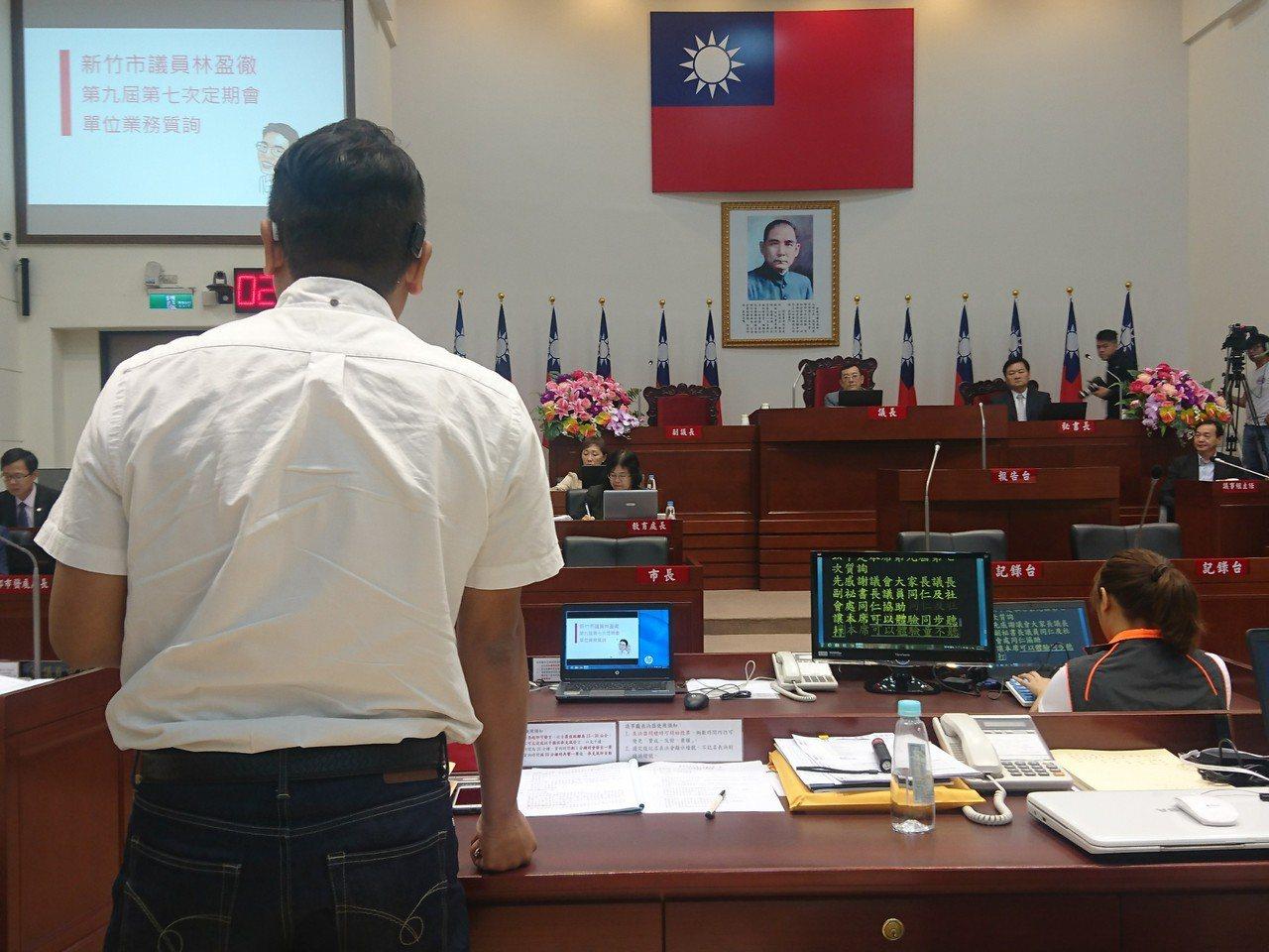 新竹市政府社會處提供「同步聽打服務」,聽障者新竹市議員林盈徹(左)申請後,首次在...