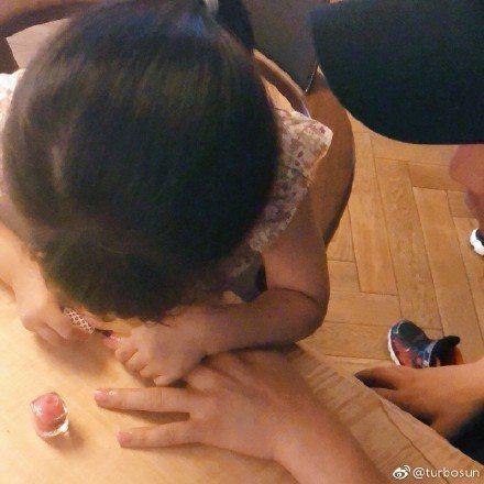 孫儷po出女兒為老公鄧超專心塗指甲油的模樣。圖/摘自微博