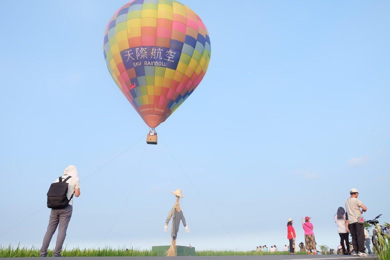今天熱氣球在宜蘭小伯朗大道上首度升空,讓美景更添亮點。 記者張芮瑜/攝影