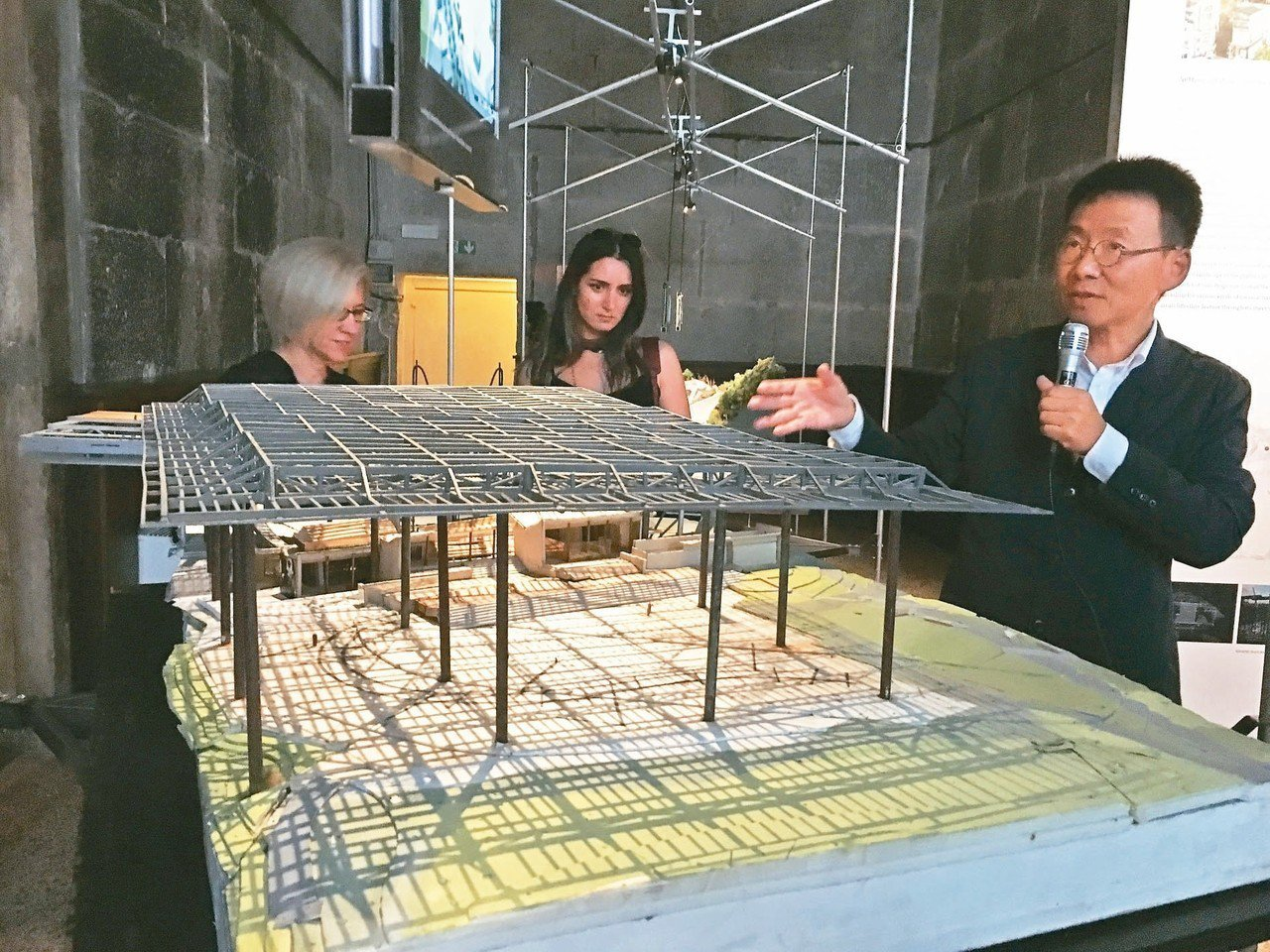 今年威尼斯建築雙年展台灣館展出建築師黃聲遠(右)作品,圖中以模型表現羅東文化工場...