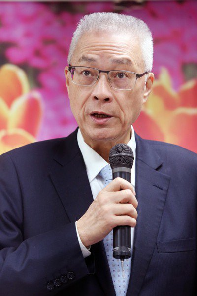 國民黨主席吳敦義今天表示,國民黨沒有落井下石,反問看著我們斷交國一個接一個,「我...