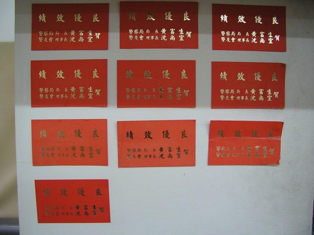 台南玉井警分局早年供奉國姓爺的神桌下,貼滿破案的紅紙。 圖/聯合報系資料照片