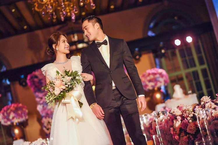 阿嬌和賴弘國在洛杉磯舉辦婚禮,她身穿Jenny Packham深V禮服。圖/取自...