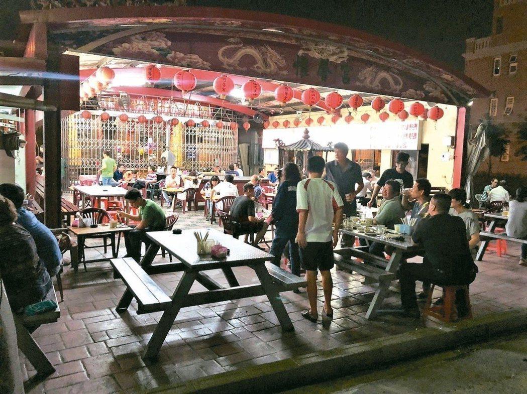 竹北隱藏版的臭豆腐攤,入夜後生意興隆。 圖/信義提供