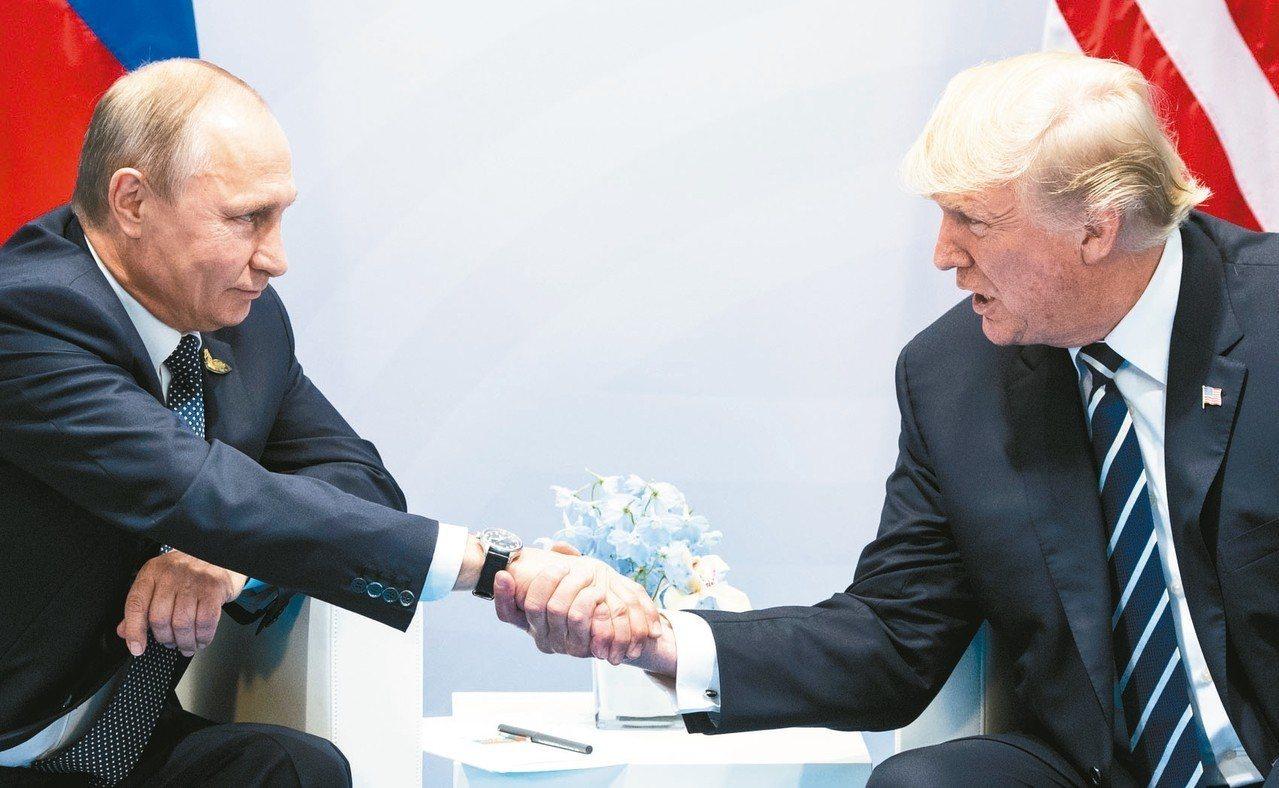 俄羅斯總統普亭(左)25日感嘆與美國關係不佳,俄國淪為美國總統川普(右)國內政治...