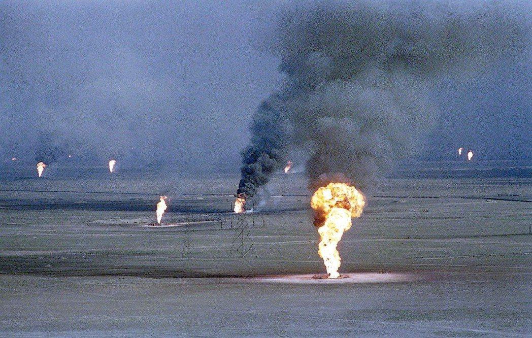 1991年波灣戰爭中,伊拉克自科威特撤軍前,大肆破壞油田,造成濃煙蔽日、生態浩劫...