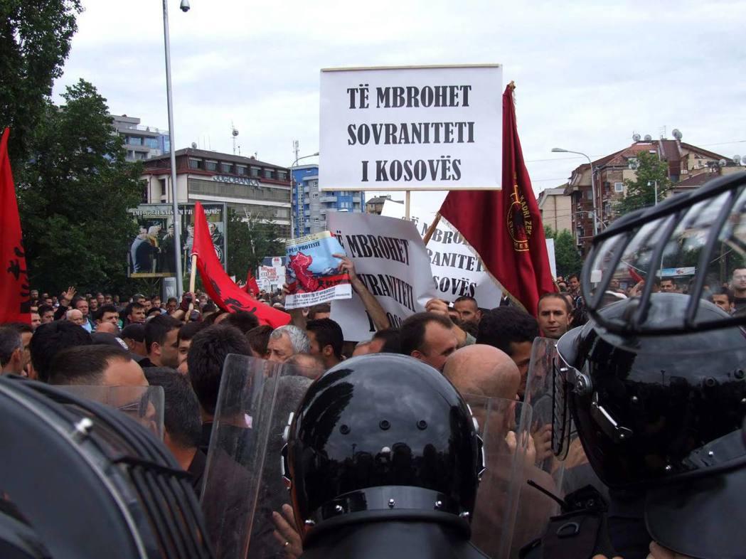 2010年科索沃北部城市米特羅維察發生種族衝突,塞爾維亞人和阿爾巴尼亞人相互投擲...
