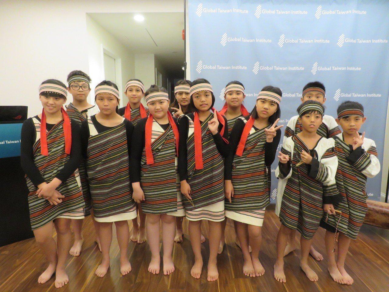 華府智庫全球台灣研究中心25日舉辦台灣文化活動,台中博屋瑪國小學生帶來原住民歌舞...