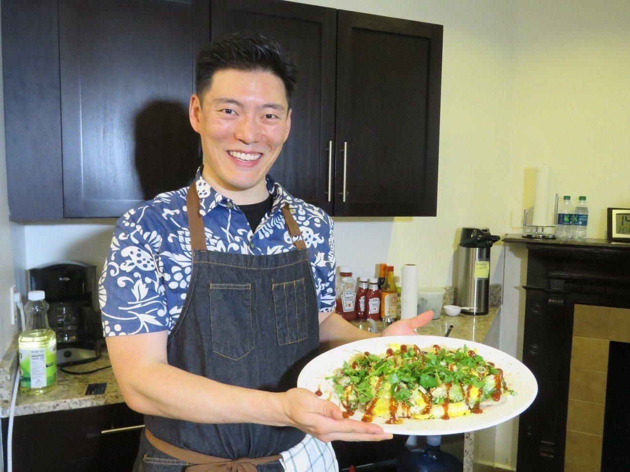 台裔名廚王凱傑25日在美國華府智庫料理蚵仔煎,推廣台灣美食文化。華盛頓記者張加/...