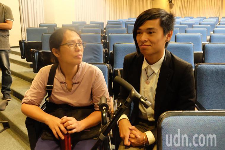 從小罹患妥瑞症的男大生「阿漢」(右),有個罹患小腦萎縮症的媽媽林詠寶(左),兩人...