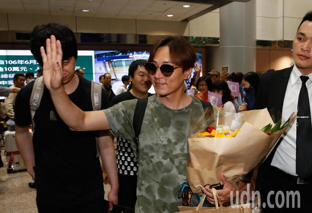 韓國「神話」的成員李先鎬(Andy)中午抵台,有近百位粉絲在機場入境大廳接機,李