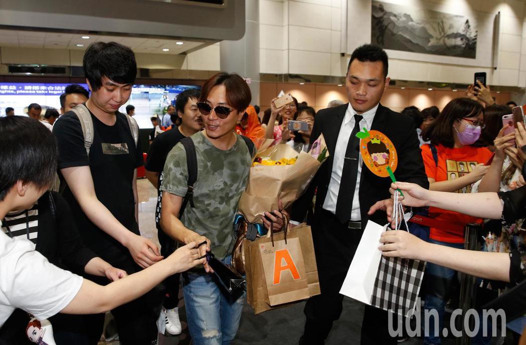 韓國「神話」的成員李先鎬(Andy)中午抵台,有近百位粉絲在機場入境大廳接機,李...