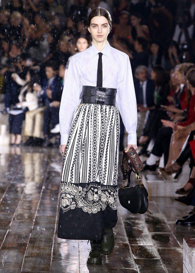 領帶、寬版粗腰帶和馬鞍包,都是延伸自女騎士馬術競技的元素。圖/Dior提供