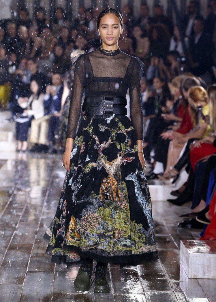 老虎與蛇等野生動物的刺繡,讓女騎士系列的裝束更有張力。圖/Dior提供