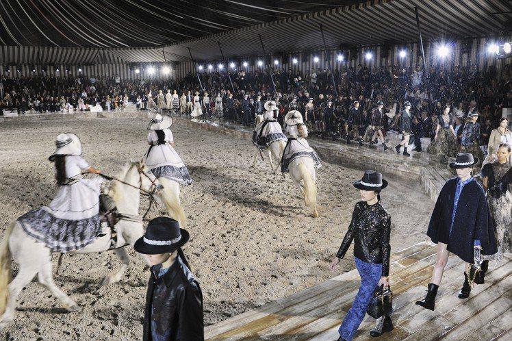 服裝秀現場下起雨來,為女騎士的競技增加了剽悍艱辛的臨場感。圖/Dior提供
