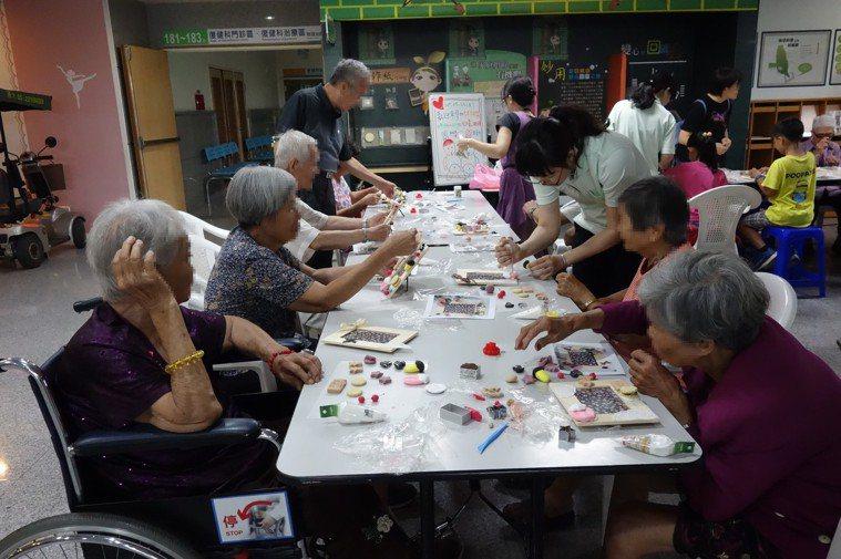 失智症病友會及家屬支持團體,家屬分享照顧甘苦。圖/大林慈濟醫院提供