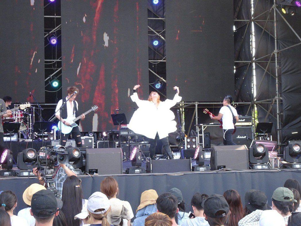 搖滾大嬸在「春浪」熱力演出。記者潘欣中/攝影