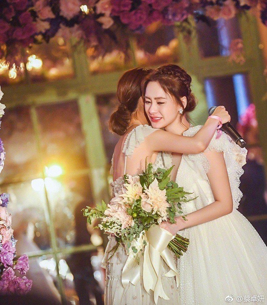 阿嬌在婚禮上擁抱好姐妹阿Sa。圖/摘自微博