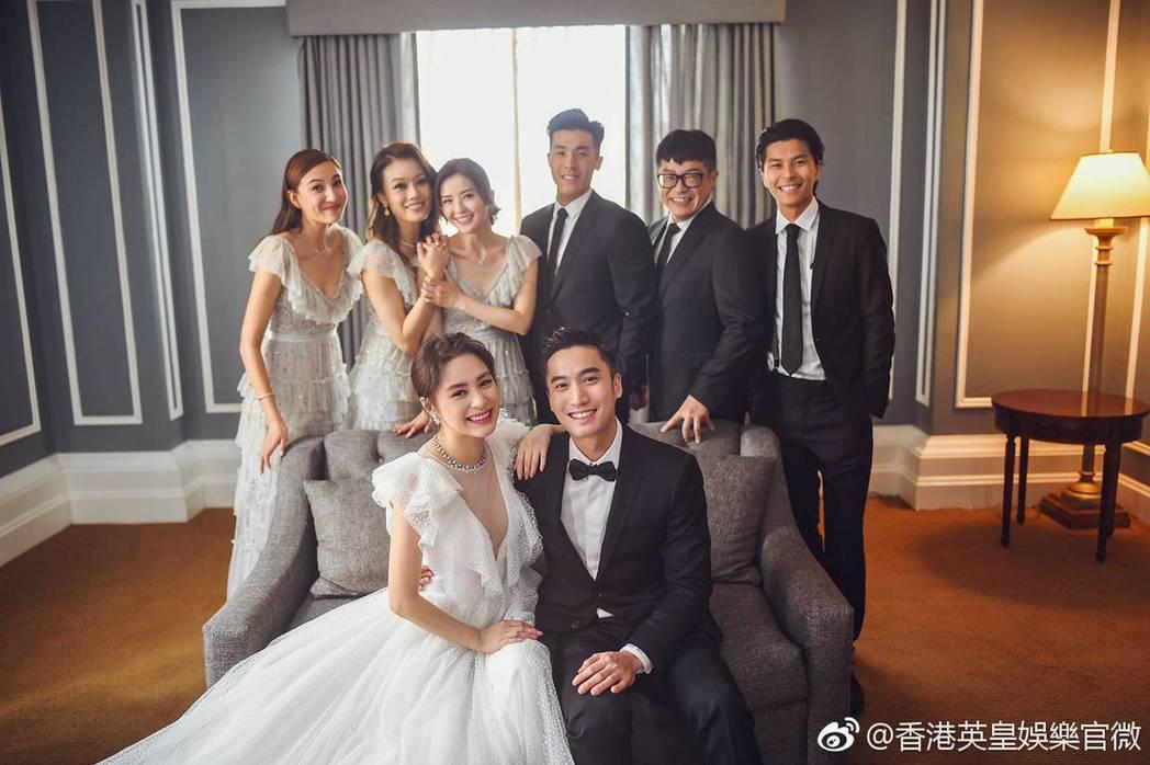 阿嬌和賴弘國與伴郎、伴娘團合照。圖/摘自微博