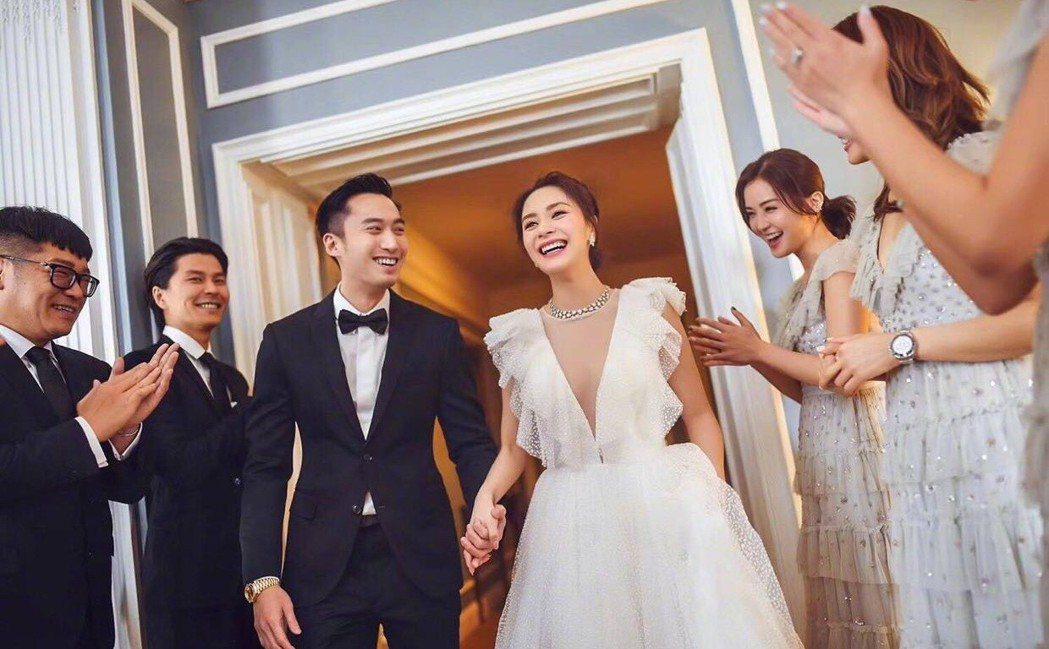 賴弘國與阿嬌在親友祝福下完婚。圖/摘自微博