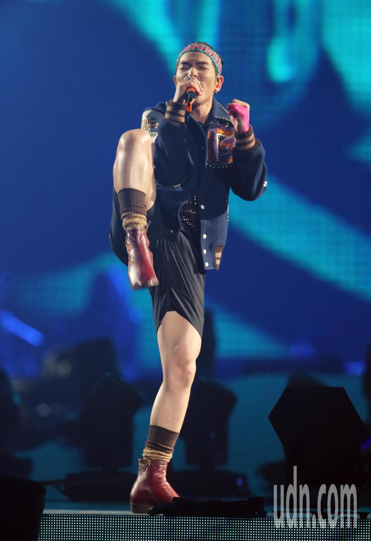 蕭敬騰第四度登上台北小巨蛋舉辦演唱會,唱到激動處抬腳前踢。記者許正宏/攝影