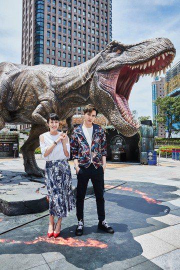 暑期最具聲勢的大片之一「侏羅紀世界:殞落國度」將於6月初在台上映,片商趕在上片前先在台北市統一時代百貨的2樓夢廣場設置園區,不僅有恐龍知識館、VR體驗等,還砸下千萬打造1:1的T-Rex暴龍及迅猛龍...