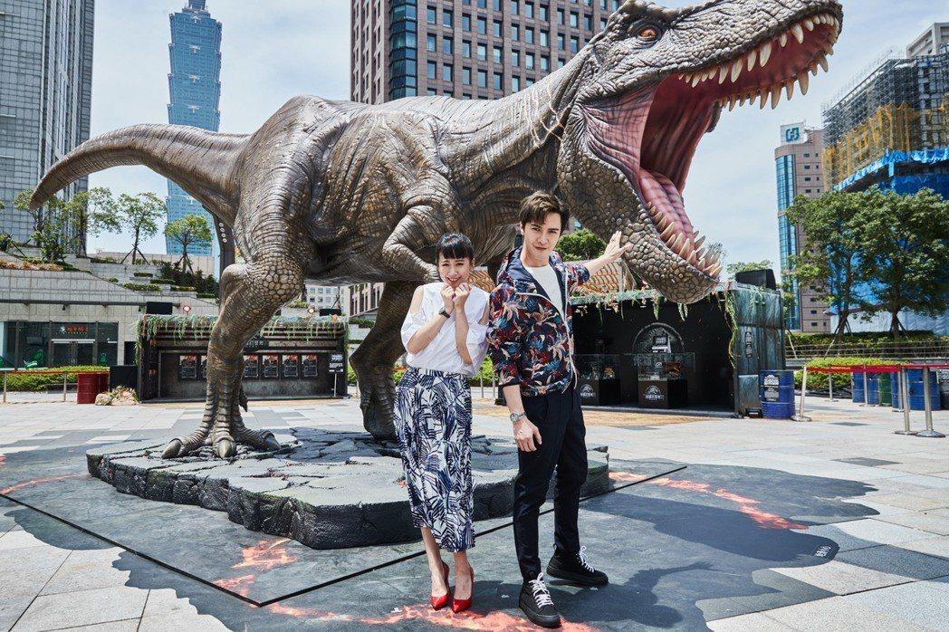 方志友與謝佳見在「侏羅紀世界:殞落國度」全比例暴龍前擺出充滿戲感的表情。圖/UI...