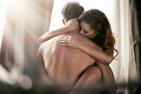 記得張開眼睛!7個小技巧增加性愛黏著度
