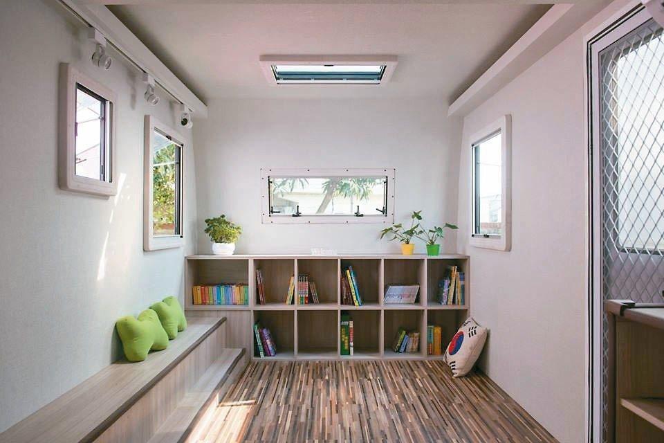 苗栗呼啦莊園有露營車改裝的書屋。 圖/呼啦莊園提供