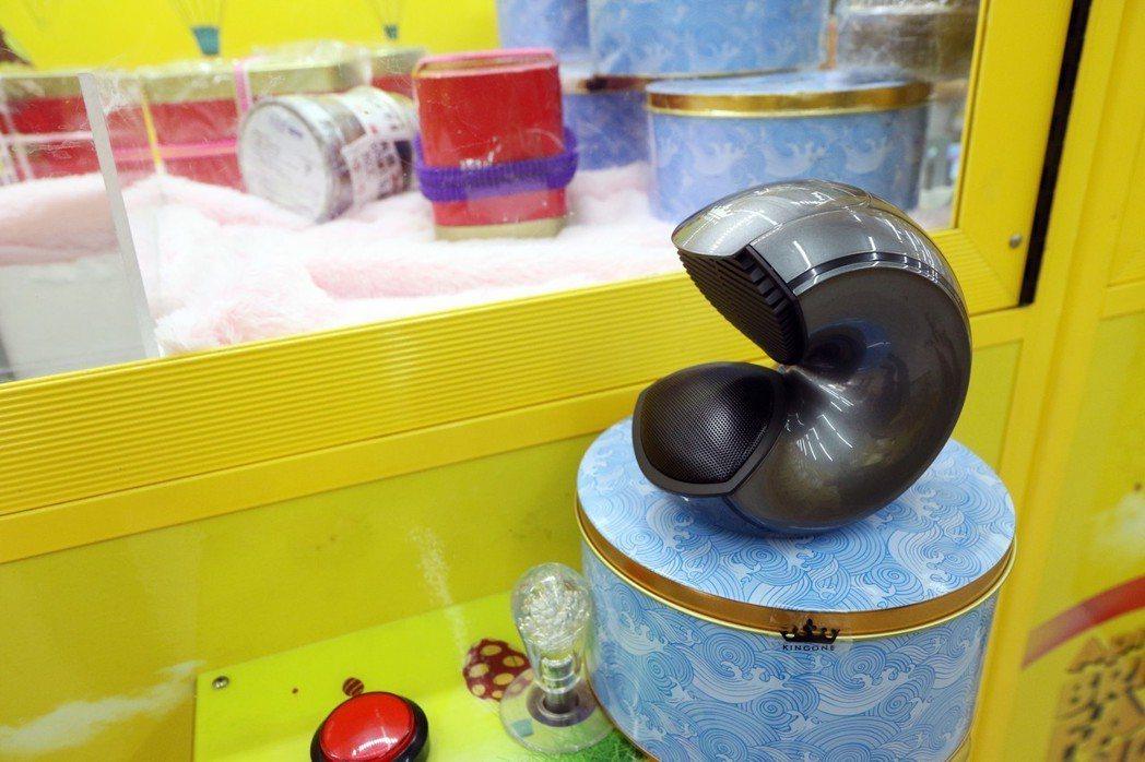 現在夾娃娃機店眾多,「跟上潮流與創新」更加重要,現今最流行的小海螺藍牙耳機。 記...