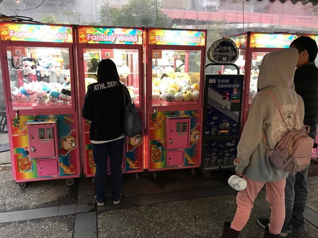 全台商圈、夜市和學校附近多可見到夾娃娃機店,男生、女生都愛玩。 圖/聯合報系資料...