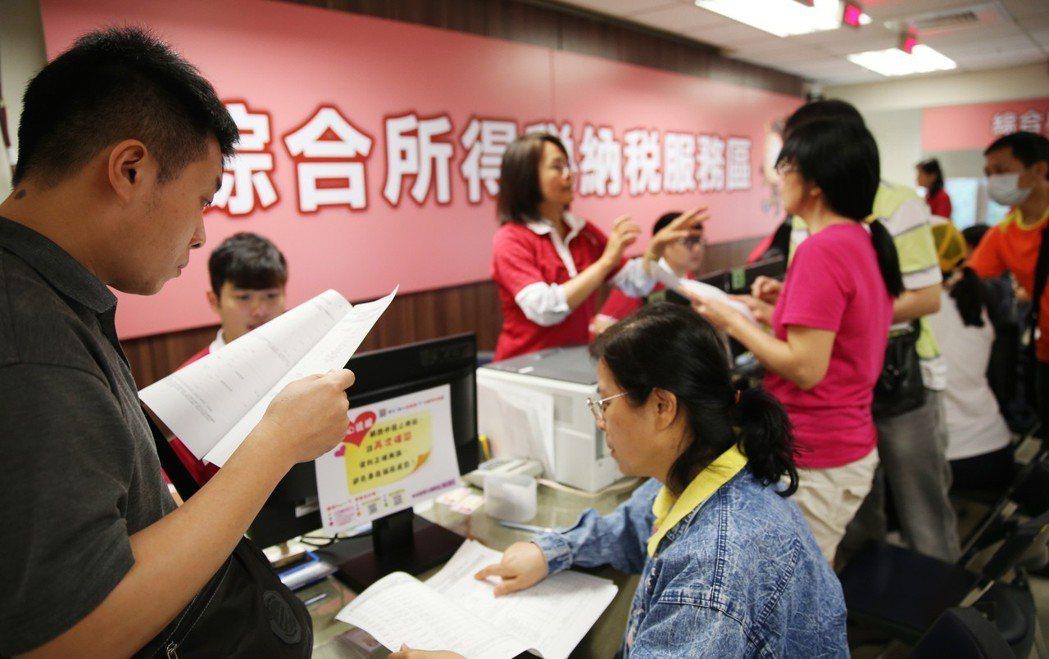民眾申報綜合所得稅,國稅局會提供試算服務。 圖/聯合報系資料照片